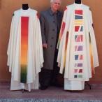 Artista Mario Pecoraino tra le casule cardinalizia ed epèiscopale