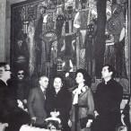 Alcuni visitatori tra cui lo scultore Mazzullo. Sullo sfondo l'arazzo di Cagli.