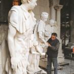 Floriano Bodini ritocca i gessi di Gottinga